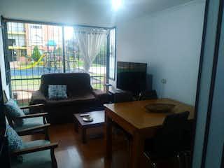 Una sala de estar llena de muebles y una televisión de pantalla plana en VENTA APARTAMENTO CIUDAD SALITRE
