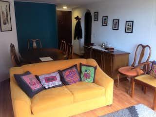 Una sala de estar con un sofá y una silla en Apartamento en venta en La Esmeralda, 81mt