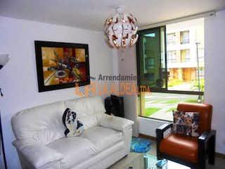 Una sala de estar llena de muebles y un reloj en PAMPLONA
