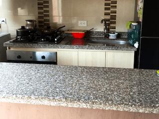Una cocina con una estufa y un fregadero en Apartamento en venta en San Antonio Norte, de 52mrts2