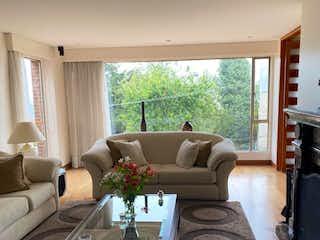 Una sala de estar llena de muebles y una gran ventana en Apartamento en venta en Santa Ana, 285mt con terraza