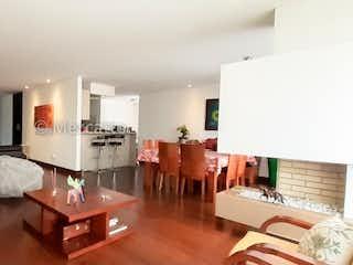 Una sala de estar llena de muebles y una mesa en Apartamento en venta en Colina Campestre 258mt con tres balcones