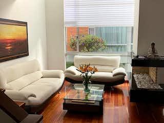 Una sala de estar llena de muebles y una televisión de pantalla plana en Casa en venta en Colina Campestre, 202mt