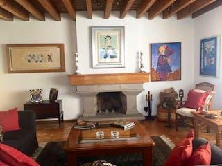 Una sala de estar llena de muebles y una chimenea en Casa en venta en Tlacopac de 647mts