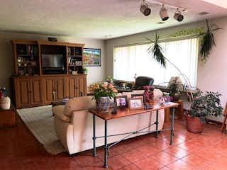 Una sala de estar llena de muebles y una televisión de pantalla plana en Casa en venta en Fuentes del Pedregal de tres recamaras