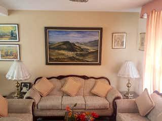 Una sala de estar llena de muebles y un sofá en Casa en venta en Villa Quietud de 104mts