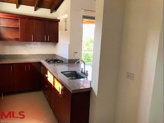 Una cocina con una estufa de fregadero y armarios en Alamedas Campestre