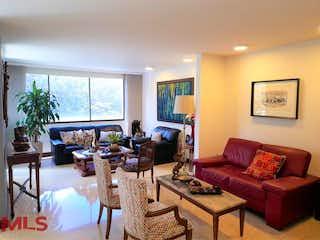 Una sala de estar llena de muebles y una gran ventana en Torre Granada