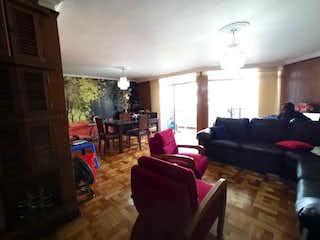 Una sala de estar llena de muebles y una chimenea en VENDO APARTAMENTO EN LA PLAYA, MEDELLN