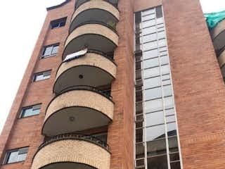 Un edificio de ladrillo alto con un reloj en él en Apartamento en venta en El Tesoro de 2 alcobas