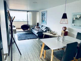 Una sala de estar llena de muebles y una ventana en Apartamento en venta en Loma de los Bernal de tres alcobas