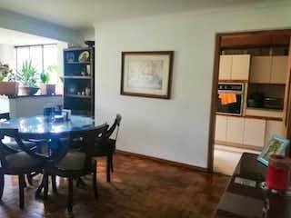 Una sala de estar llena de muebles y una mesa en EL AVILA 1