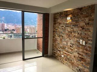 Un cuarto de baño con una puerta de cristal y una ventana en Apartamento en venta en Niquía de 3 alcoba