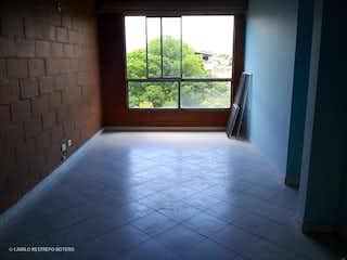 Un baño que tiene una ventana en él en Venta Apartamento Las Flores (Envigado)