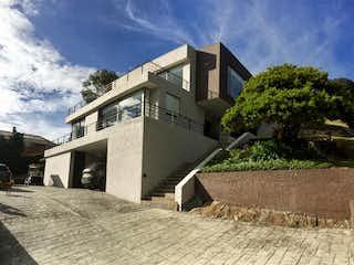 Un edificio con un reloj en la parte superior en Casa en venta en Aposentos de 4 hab. con Bbq...