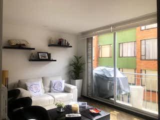 Una sala de estar llena de muebles y una televisión de pantalla plana en Edificio La Castellana Real
