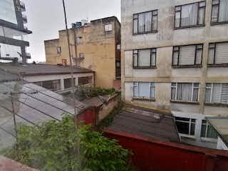 Un gran edificio con un gran edificio en el fondo en Apartamento en venta en Corferias 106m²