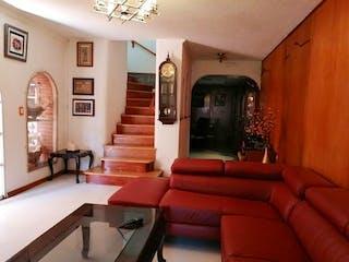 Una sala de estar llena de muebles y una chimenea en Casa en venta en Juventino Rosas de 280mts