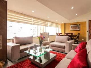 Una sala de estar llena de muebles y una gran ventana en Apartamento en venta en Contador, de 122mtrs2