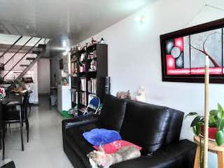 Una sala de estar llena de muebles y una televisión de pantalla plana en  Edificio El Castillo