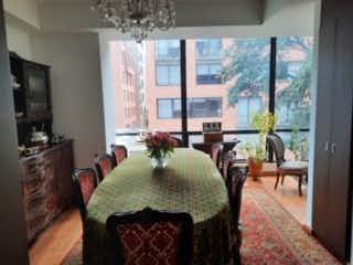 Una sala de estar llena de muebles y una lámpara de araña en Apartamento en venta en El Virrey, 162mt con balcon