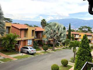 Una vista de una calle con un edificio en el fondo en Venta Casa sector Suramerica