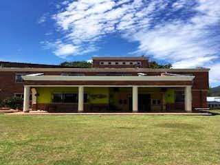 Un edificio con un reloj encima en Vendo Casa Campestre Cabeceras LLano Grande
