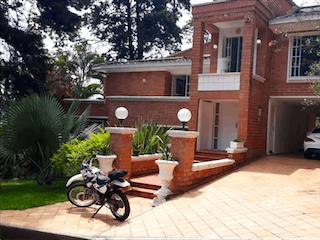 Una persona montando una bicicleta delante de una casa en Vendo Espectacular Casa con Piscina Calera Med