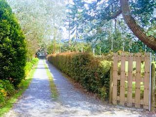 Una vista de un parque con un banco y árboles en Vendo Casa campestre  Sector Encenillo Indiana
