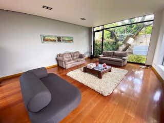 Una sala de estar llena de muebles y una televisión de pantalla plana en Casa en venta en Las Cruces 466m² con Jardín...