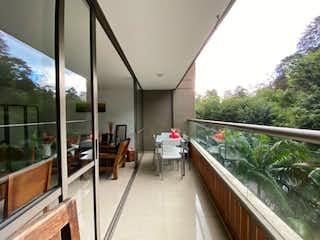 Una gran cocina con un gran ventanal y un montón de ventanas en Apartamento en Venta Urbanización Allegro, sector San Lucas El Poblado