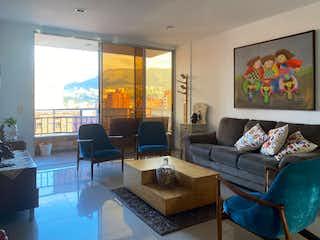 Una sala de estar llena de muebles y una gran ventana en Apartamento en venta en Las Acacias, de 111,14mtrs2