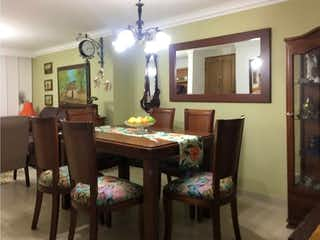 Una sala de estar llena de muebles y una mesa en  edificio bahia reims