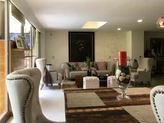 Una sala de estar llena de muebles y una mesa en urbanizacion espigas