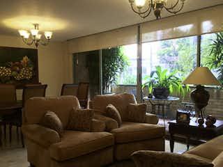 Una sala de estar llena de muebles y una lámpara de araña en Edificio Montecarazzo