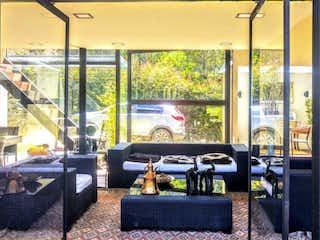 Una sala de estar llena de muebles y una ventana en Condominio Campestre Bosques de Salamanca
