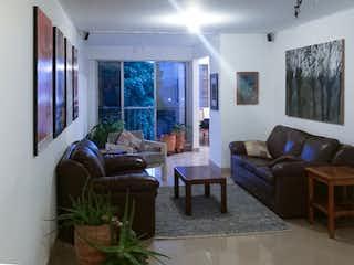 Una sala de estar llena de muebles y una ventana en Apartamento en venta en Suramericana, 143mt