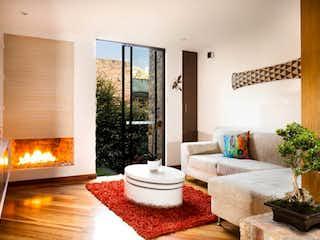 Una sala de estar llena de muebles y una chimenea en Casa en venta en Barrio Niza, de 216mtrs2