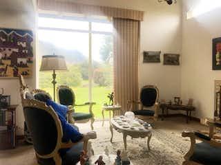 Una sala de estar llena de muebles y una chimenea en Casa en venta en Casco Urbano La Calera, de 181mtrs2