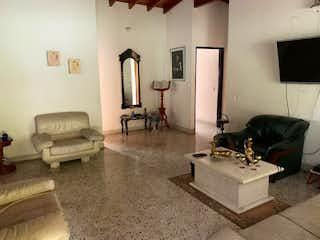 Una sala de estar llena de muebles y una chimenea en Casa en Venta ZUÑIGA