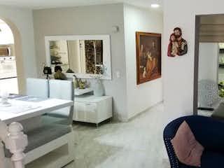 Una sala de estar llena de muebles y una ventana en Casa en venta en Los Colores, 230mt de dos niveles