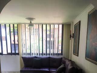 Una sala de estar llena de muebles y una ventana en Apartamento en Venta LAURELES