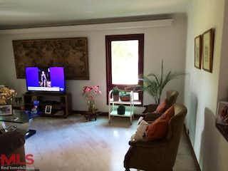 Una sala de estar llena de muebles y una televisión de pantalla plana en Casa en venta en La Tomatera, 477mt de dos niveles