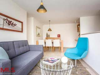 Una sala de estar llena de muebles y una mesa en Manzanares de la Cuenca