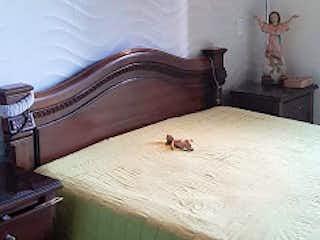 Una cama sentada en una habitación junto a una ventana en Casa en venta en Loma Del Indio 102m² con Piscina...