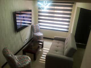 Una sala de estar llena de muebles y una ventana en Cas
