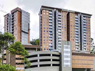 Un edificio alto con un edificio grande en el fondo en Apartamento en Venta LA CUENCA
