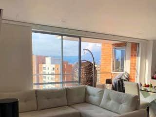 Una sala de estar llena de muebles y una ventana en SE VENDE HERMOSO APTO EN SABANETA SECTOR SAN REMO