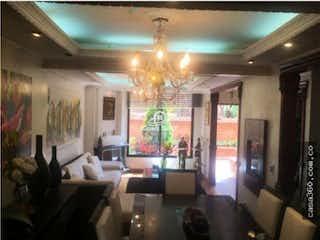 Una sala de estar con una lámpara de araña y una lámpara de araña en Casa en venta en Barrio Cedritos, de 167,21mtrs2