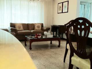 Una sala de estar llena de muebles y una mesa en Casa en venta en El Velódromo, 250mt de dos niveles